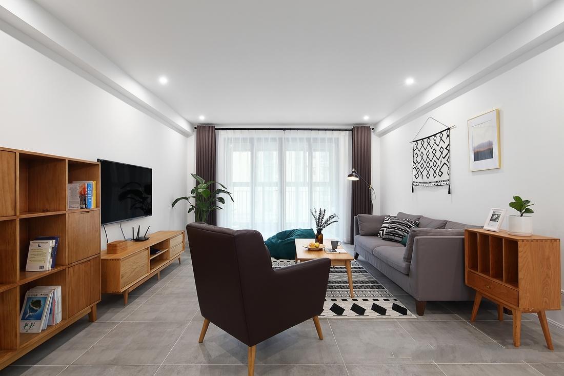 客厅这样的公共空间主要以白色墙面、水泥砖、木色家具为主,灰色布艺沙发,咖色窗帘使空间温文尔雅。
