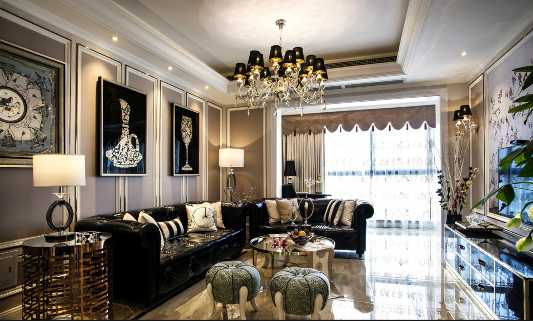 客厅一张黑皮质的沙发,两边便于移动的灯,可以照顾到坐在不同位置的客人。