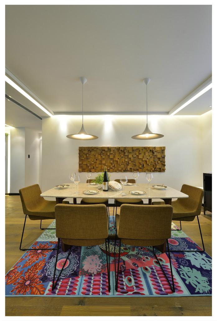 餐厅开放式餐桌是必然的选择,满足各种常用电器的同时也保留了空间的通透。