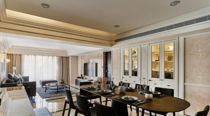 设计师拉大餐柜尺度,并将客浴门片隐入对称规划的立面设计中,营造质感大气的用餐氛围。