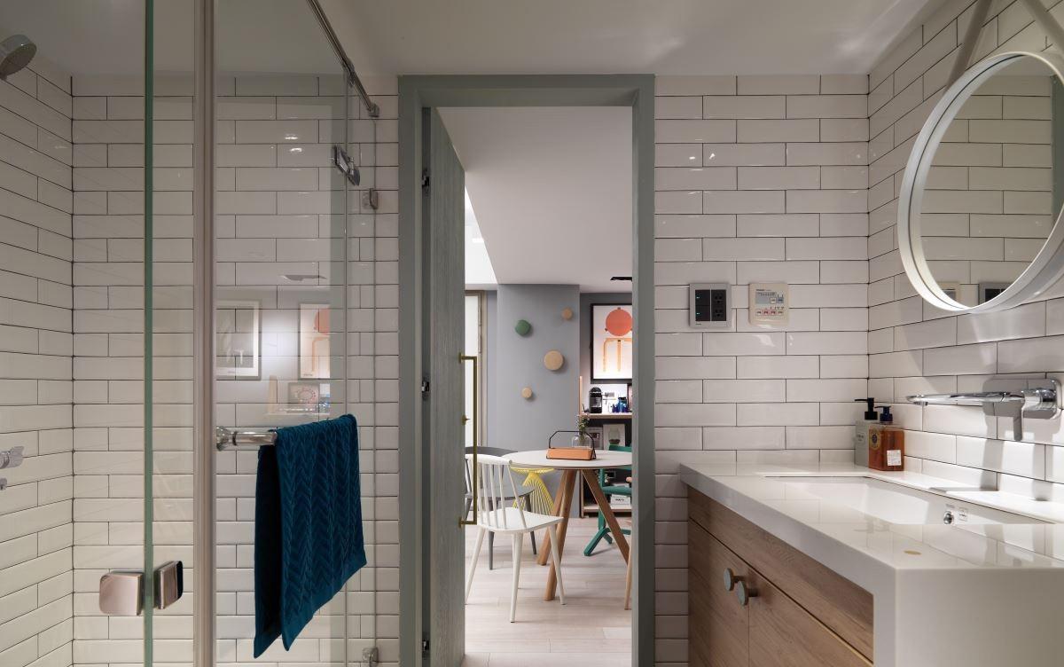 卫生间干湿分离,洗手台下面做了充足的收纳,整体干净整洁