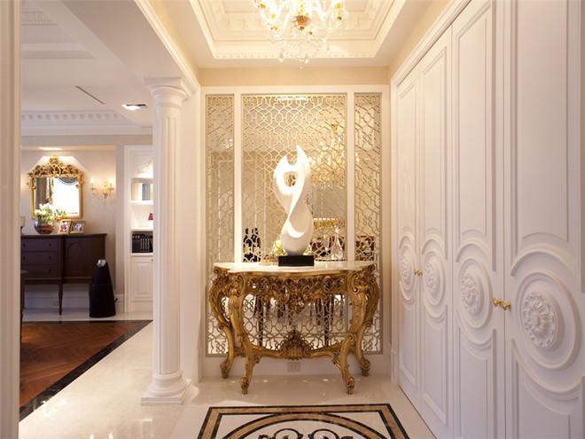 一进门就很惊艳,石膏造型的墙面和立柱,欧式风格的低调奢华展现无疑。