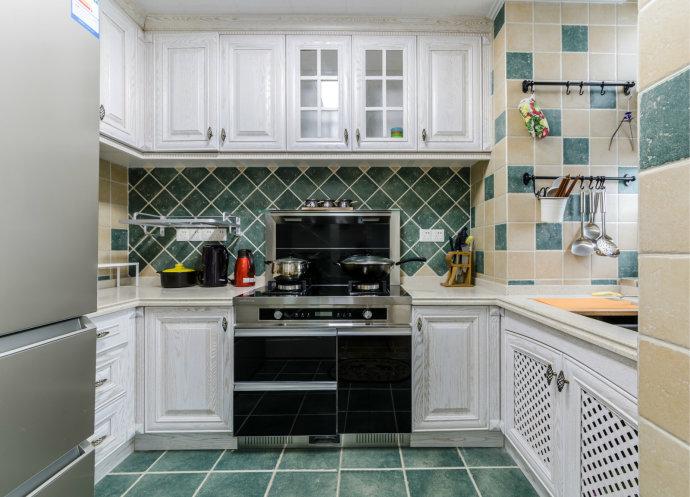 一席墨绿铺染厨房里的味道,错落的方格造型,那抹绿的空间,可以舒适的放下由明亮带来局促感。