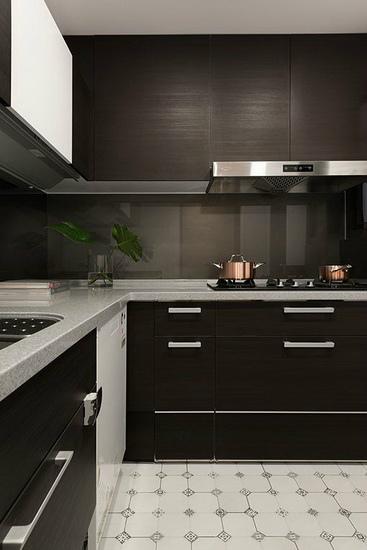 厨房是专属于女主人的空间,故选以乡村风格地砖铺陈,满足女屋主心中的美式乡村梦。