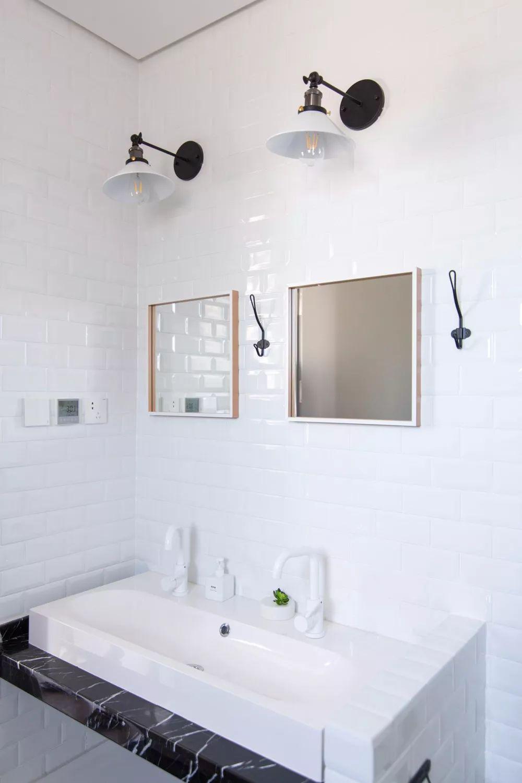 家里一共拥有两个卫生间,主卫里面铺设了大量的小白砖,彰显出一种明快干净的格调。
