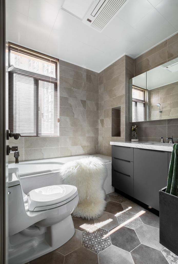 把梳妆台放在卫生间,与洗手台合为一体,更加方便实用