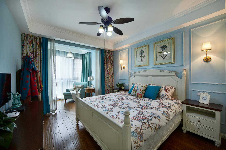 主卧以蓝色为主,配上象牙白的床头柜,两边对称的壁画,空间从简到繁,从整体到局部,都给人一丝不苟的印象