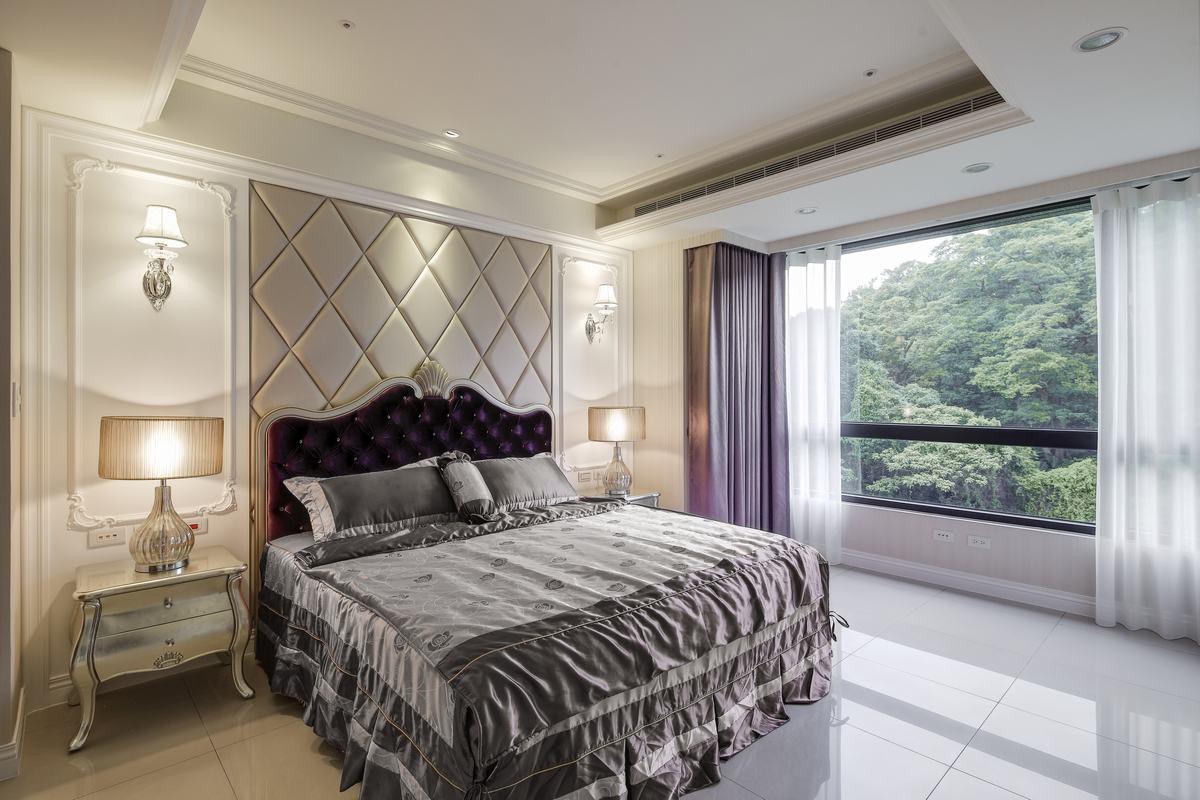 紫色是浪漫的颜色,卧室用紫色进行点缀,配以白色纱帘,既神秘又显得浪漫。