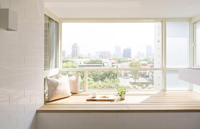 阳台是榻榻米形式,阳关照射温暖而舒适,可以慵懒的阅读书籍