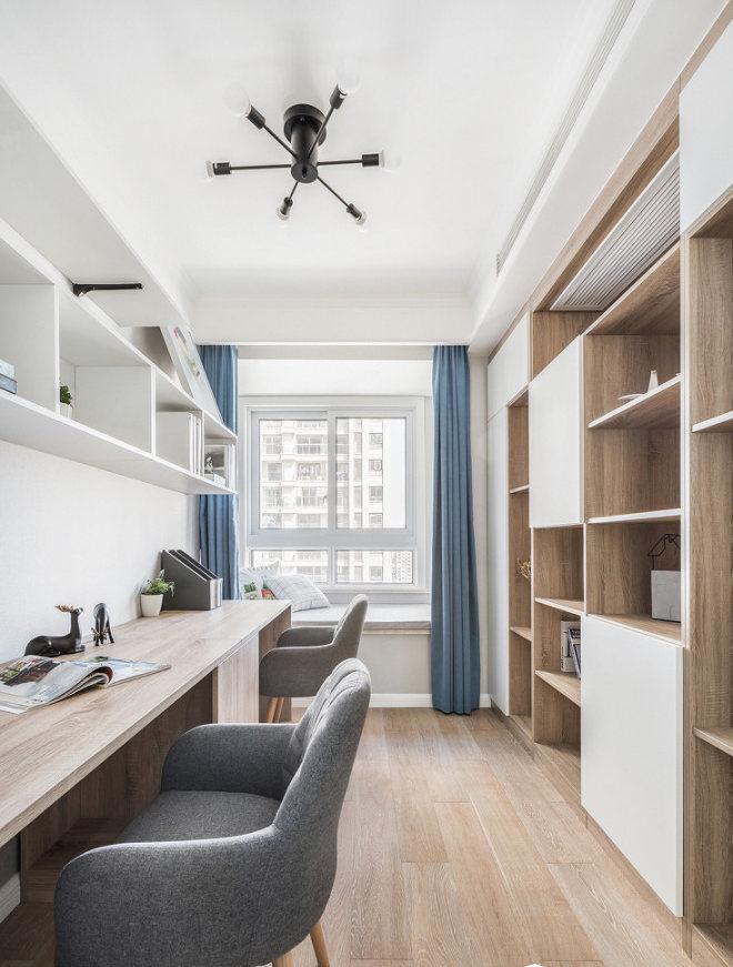整面书架拥有超强大收纳机能,狭长的书桌打造出增加互动交流的亲子共享空间。