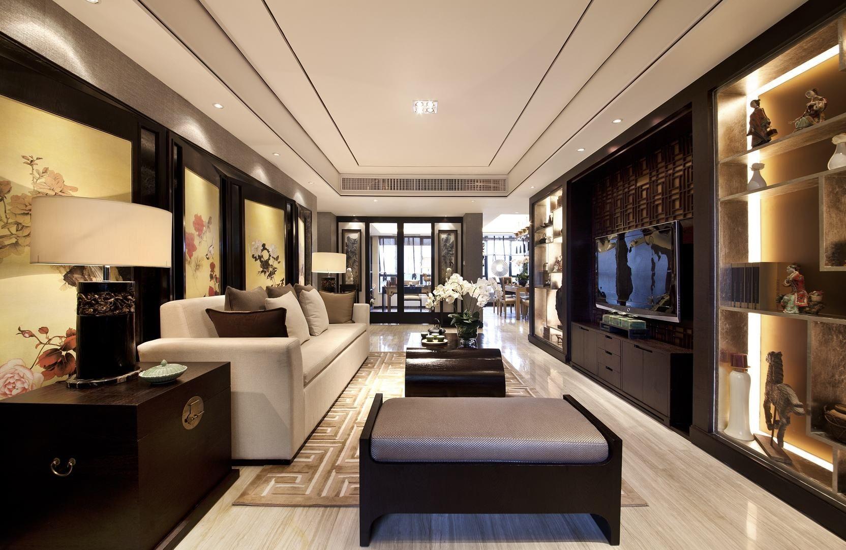 客厅整体看起来都以亮色的基调再配上深色加以点缀,圆形吊顶以荷花的图案来装饰,很有立体的画面感