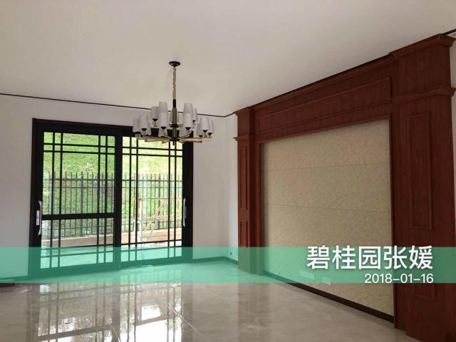 放眼整个客厅干净舒适,电视背景墙的设计别具一格,亮丽的大理石瓷砖让空间更显明亮宽敞。