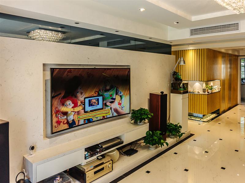 电视背景墙是一体切割的石材板,简洁,整体性强。