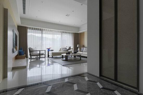 金纱玻璃拉门后为走入式衣帽间,机能十足。