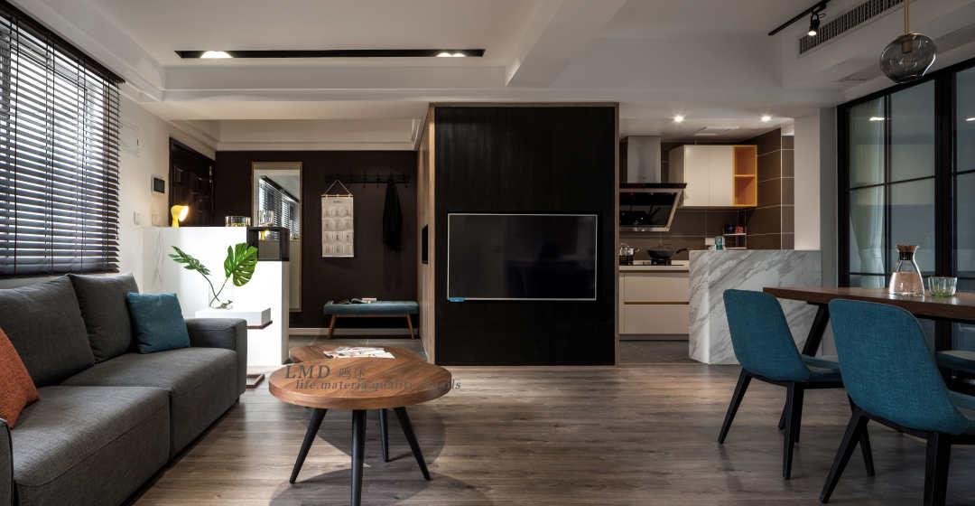 电视安装了旋转支架,可以两边旋转,不仅可以在客厅沙发上看电视,就餐的时候同样可以看电视。