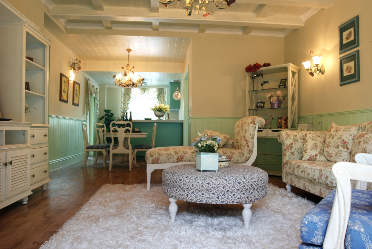 客厅视野足够开阔,浅绿色与白色搭配,清新又干净。