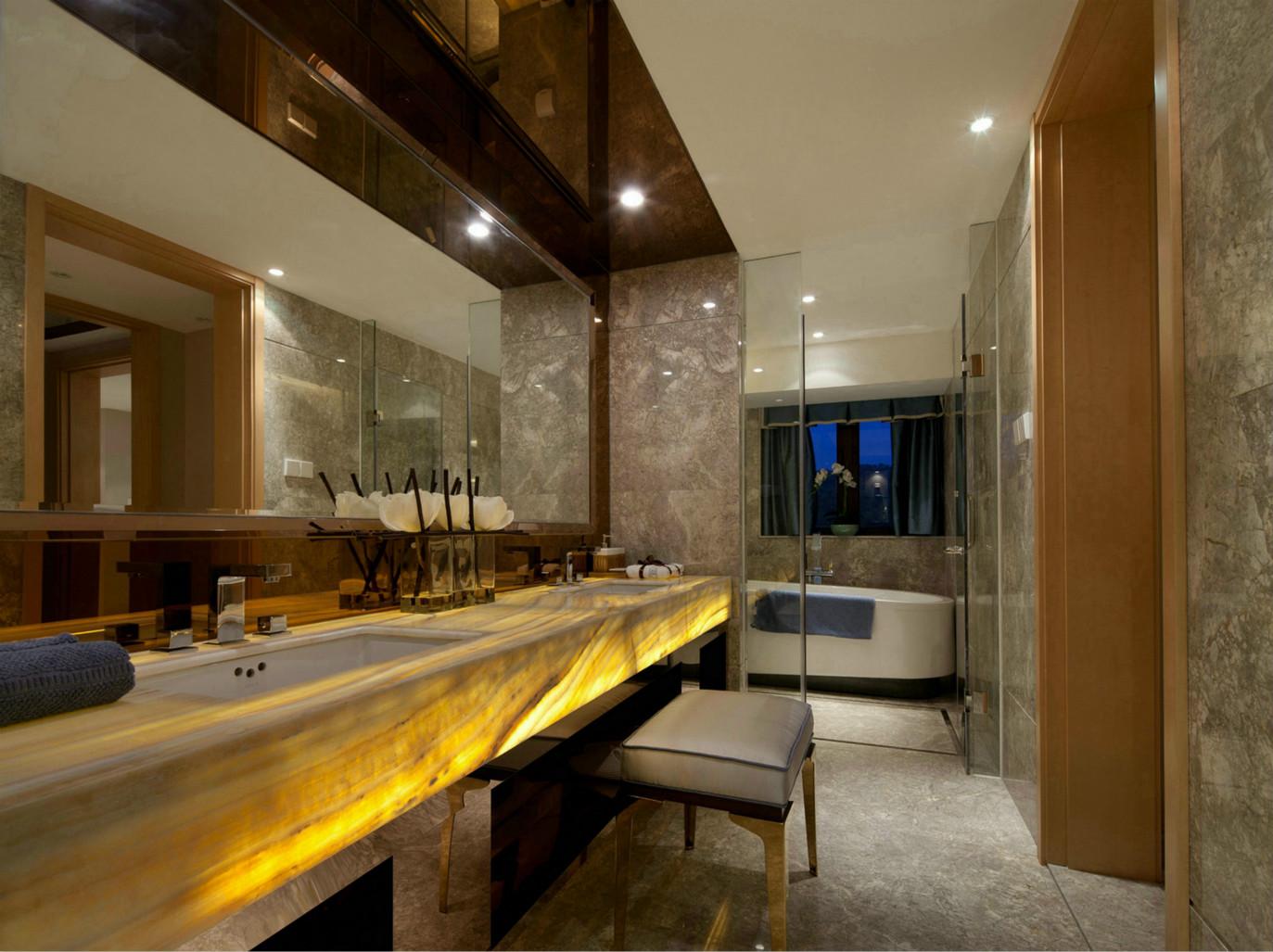 卫生间的洗浴池和洗手台隔离开,做了充足的隔离