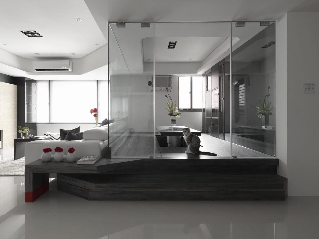 玻璃墙面通透,不碍采光,加上原木的地板,让办公区显得格外宁静而时尚。