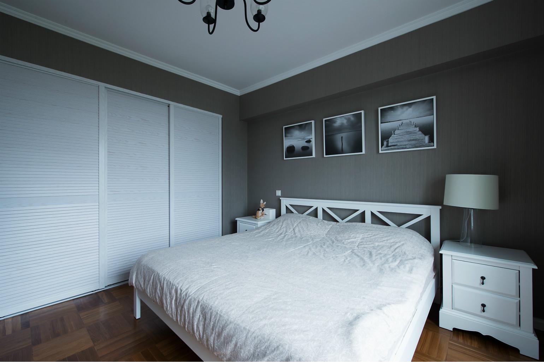 卧室侧面做了很好的收纳,白色的衣柜显得整体干净简约