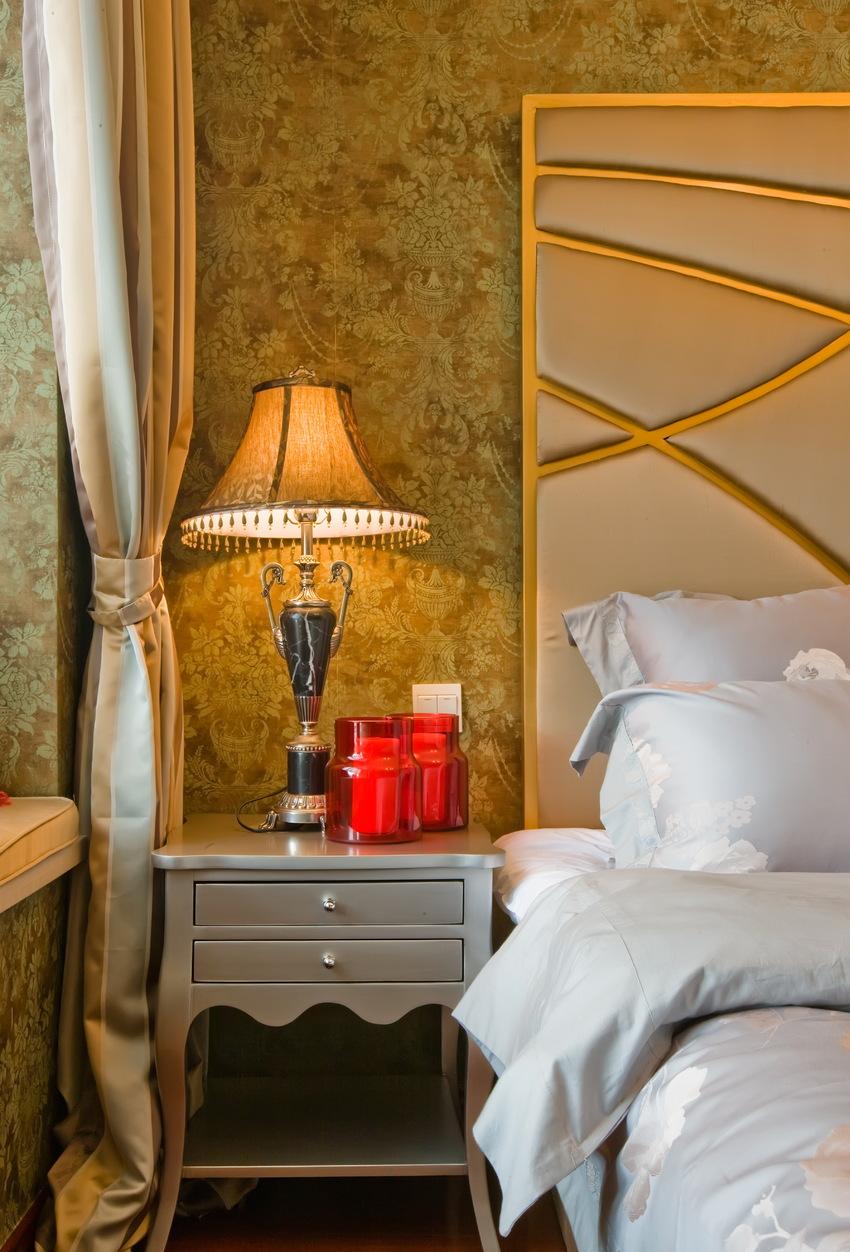 一盏暖黄色复古台灯,伴着屋主阅读、酣睡。