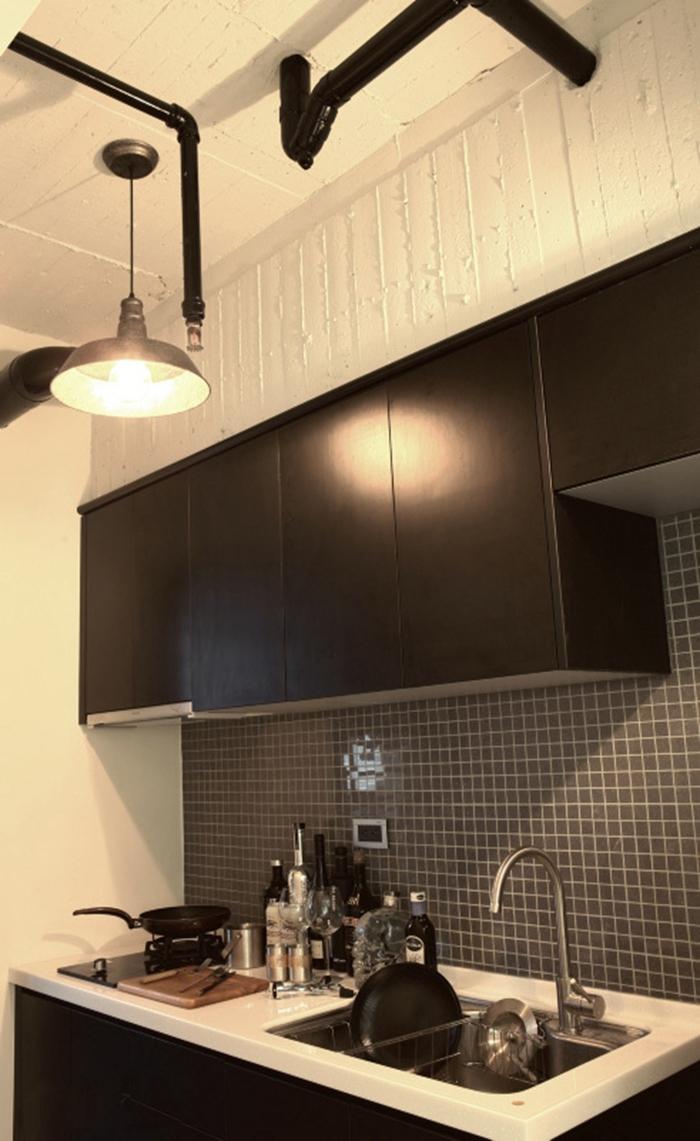 黑色橱柜上方的梁柱,是拆除天花后裸露的板模线条,保留这片粗糙,更原始。