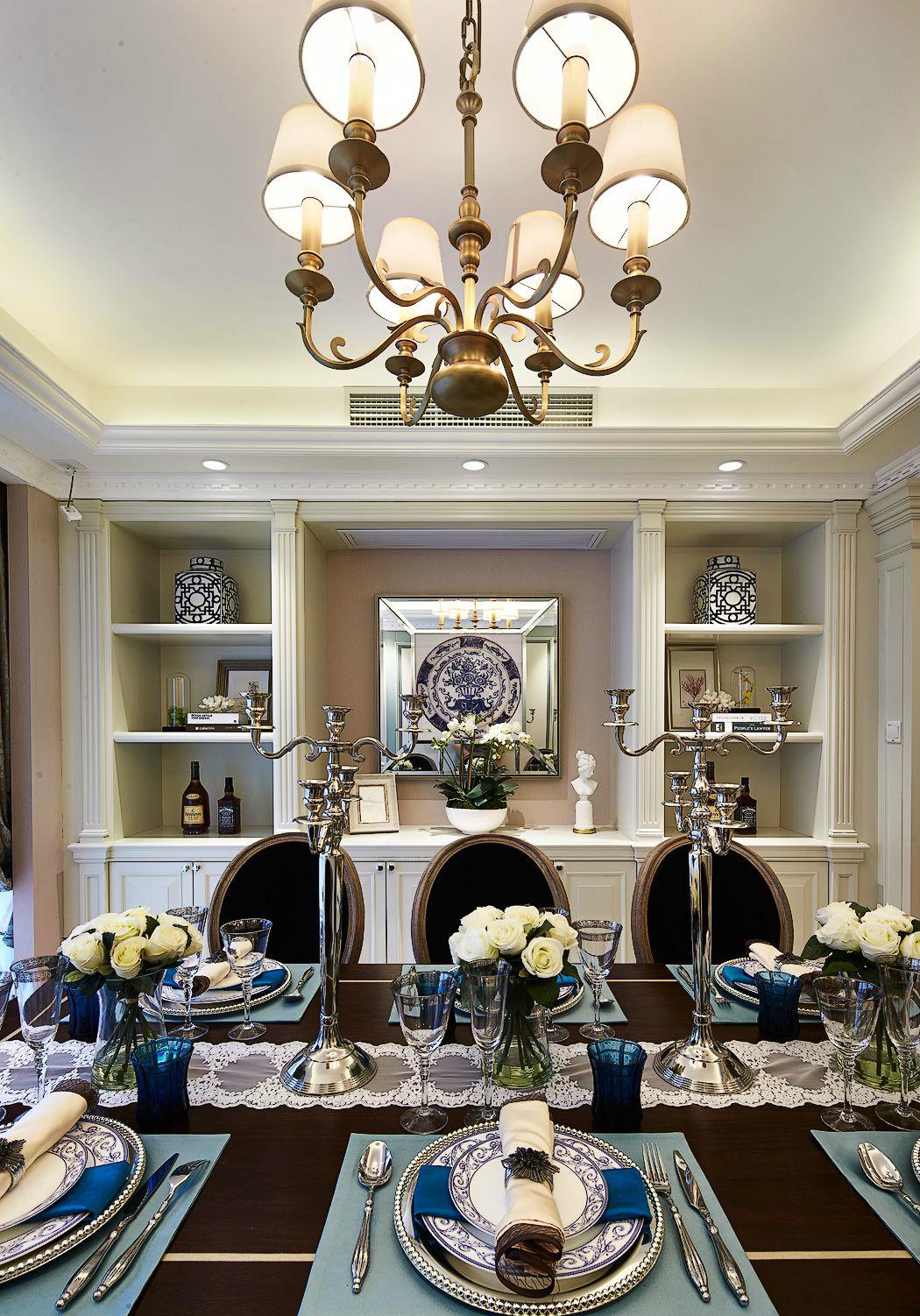 餐廳棕色質感的餐桌在吊燈柔和燈光的照耀下,顯得更精致;嵌入式餐邊柜給餐廳帶來了收納與展示的功能。