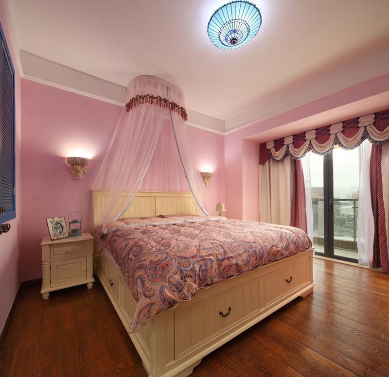 主卧的设计更像一个公主房,红色细节和复古地板的搭配,让卧室变得高贵奢华。
