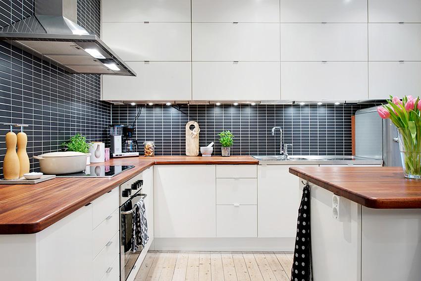 厨房与餐厅之是开放式的,狭窄的厨房里还塞着冰箱。