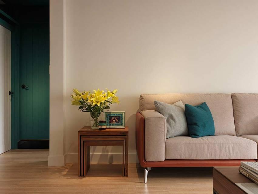 沙发背景墙简单到没有一丝的点缀,一束小花给硬朗的工业风带来柔和之感。