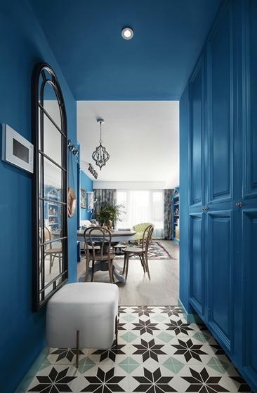 衣帽间结构紧凑,色彩与客餐厅一致,整体呈现出空间的一体感。