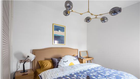 睡眠空间讲究舒适,因此色彩上选择了蓝色、原木色以显得卧室更为静谧与平和。