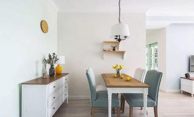 餐厅主要也是靠氛围取胜,清新且自然,家具也寻常,搭配在一起分外合适。