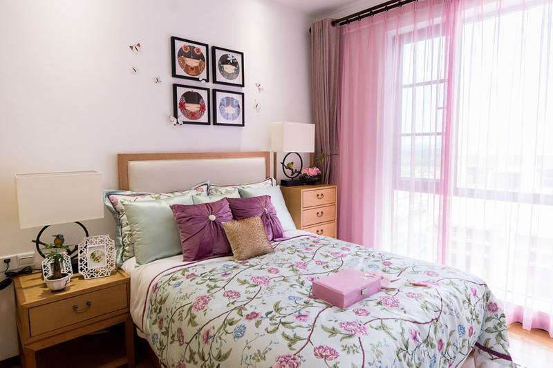 主卧和客厅一样,如果没有墙上的中国画和扇形台灯,很容易被误认为进入了一个日本人的卧室。