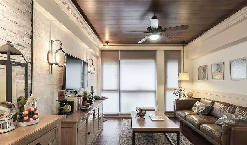 电视墙铺贴天然大理石切割瓷砖,与玄关端景墙相呼应,天花板以木皮延展出自然气息。