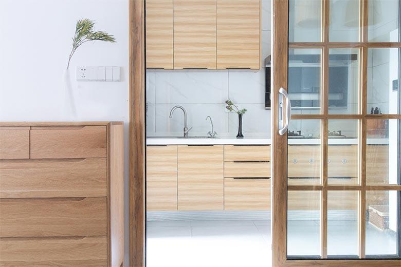 充足的进光让厨房分外明媚, 厨房空间宽阔足,操作空间充足。