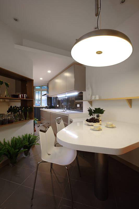 整合餐桌与厨具,让使用空间及动线合理化,破解位于公寓转角不易使用的格局困境。