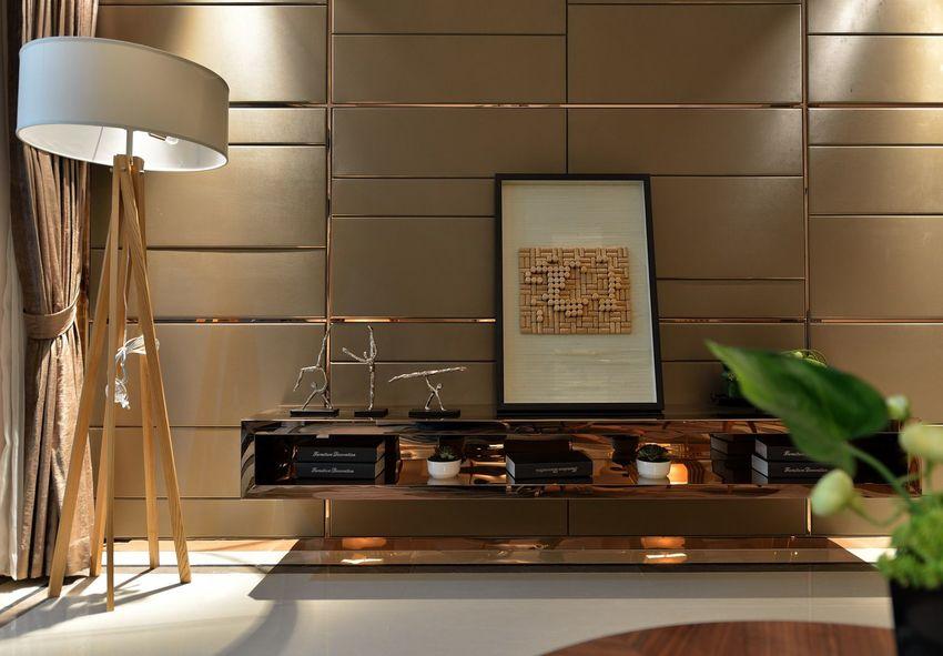 悬挂式电视柜节省空间,并且无卫生死角,落地灯照在墙面上,泛着暖暖的光。