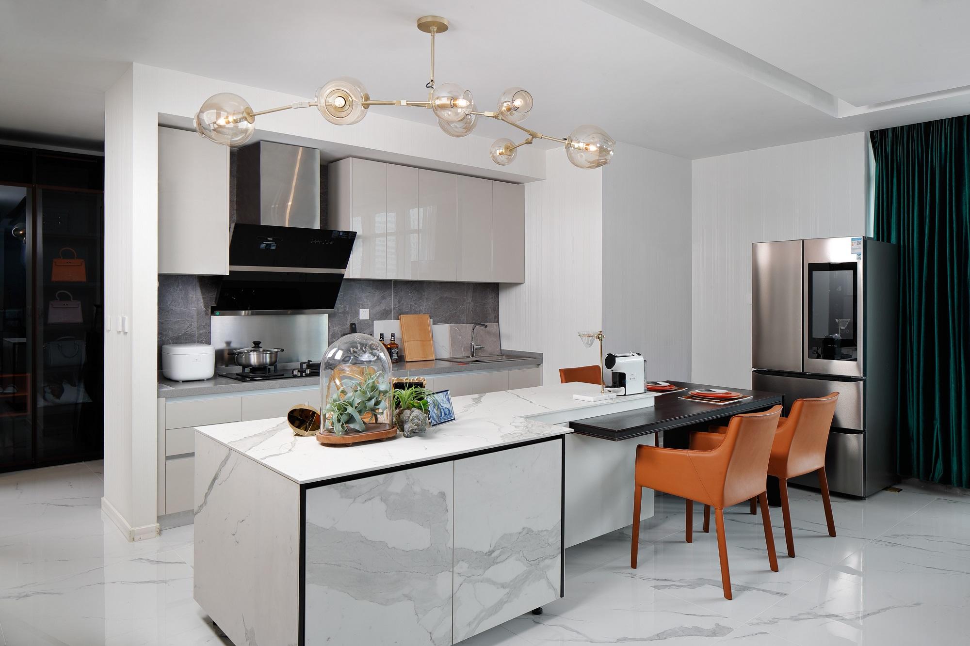 厨房与餐厅合二为一,开放式厨房更富有通透感,岛台设计增加储藏空间的同时,延伸部分做餐桌,和谐自然。