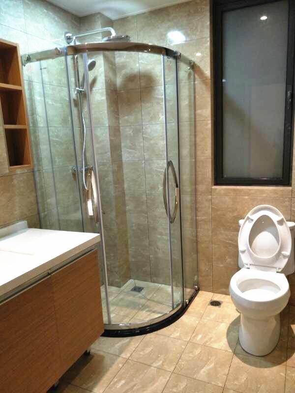 另一间打造出半圆玻璃淋浴间,沐浴时保温也能更好的进行干湿分离。
