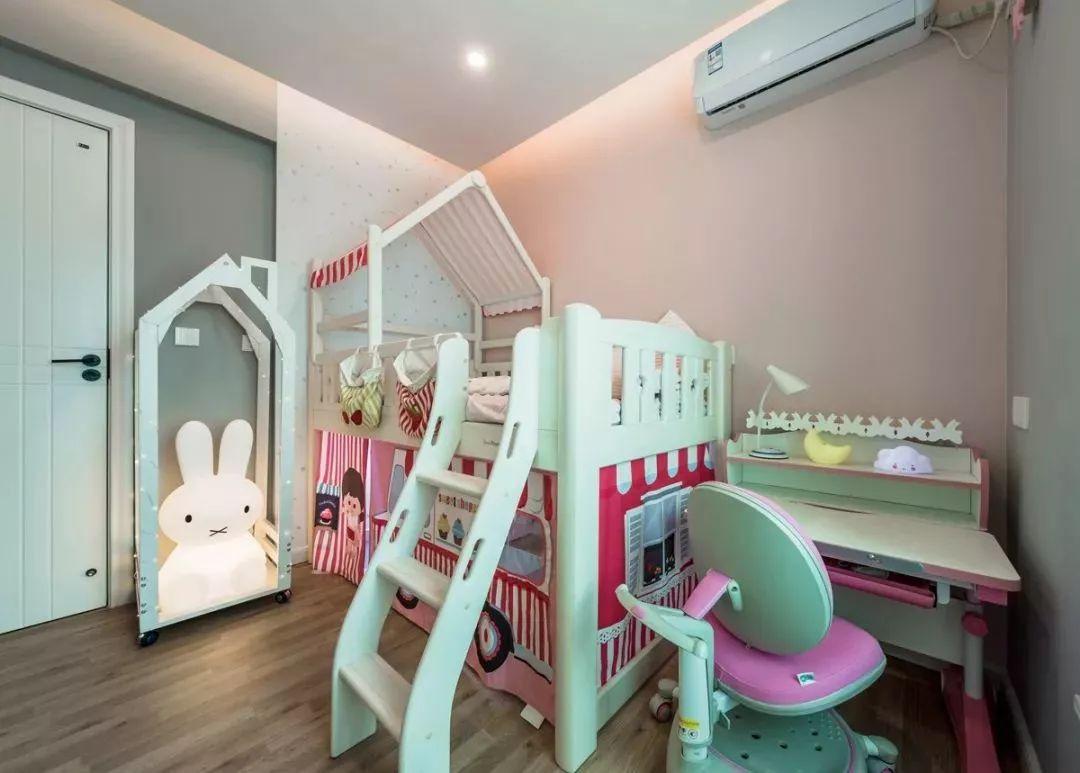 儿童房以粉色和灰色为主色调,创造出一个梦幻、愉悦的空间。整体布局以玩耍、娱乐、绘画、阅读为主。