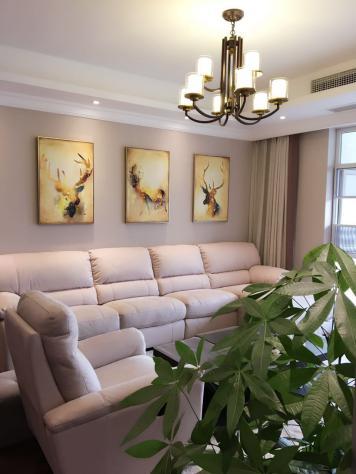 安静,温馨,看上去明朗宽敞舒适的家,迎合了年轻人的喜好。