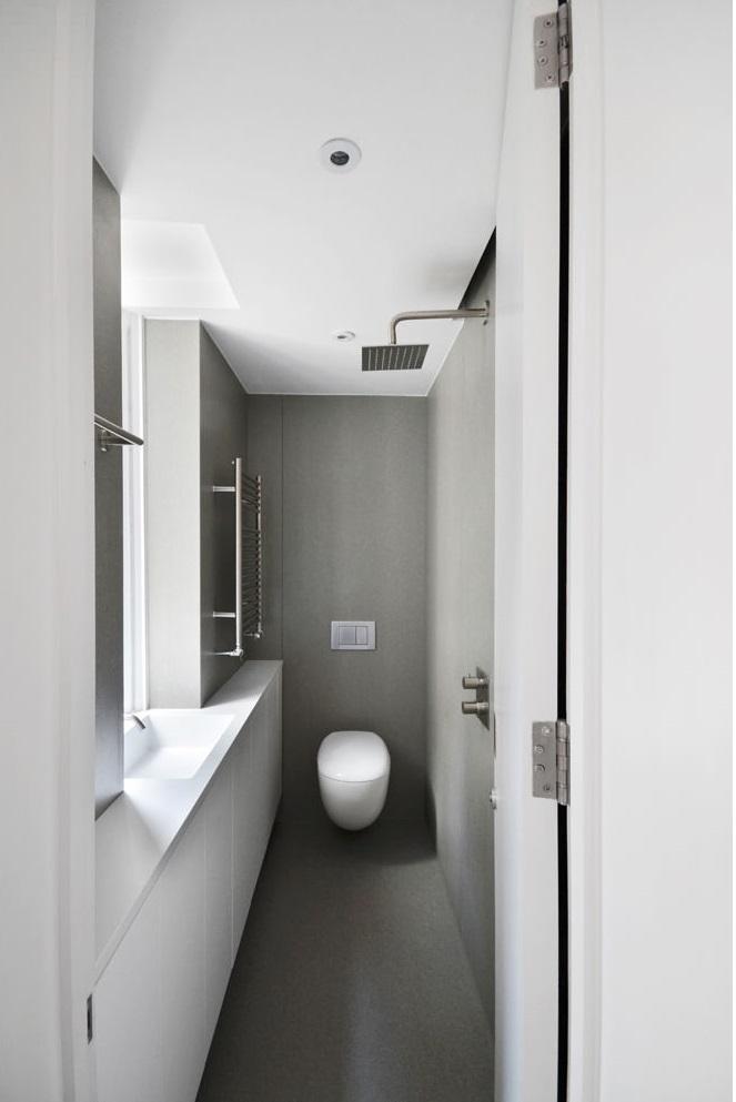 公共区域的卫生间,面积较小,且狭长,合理利用空间布局。