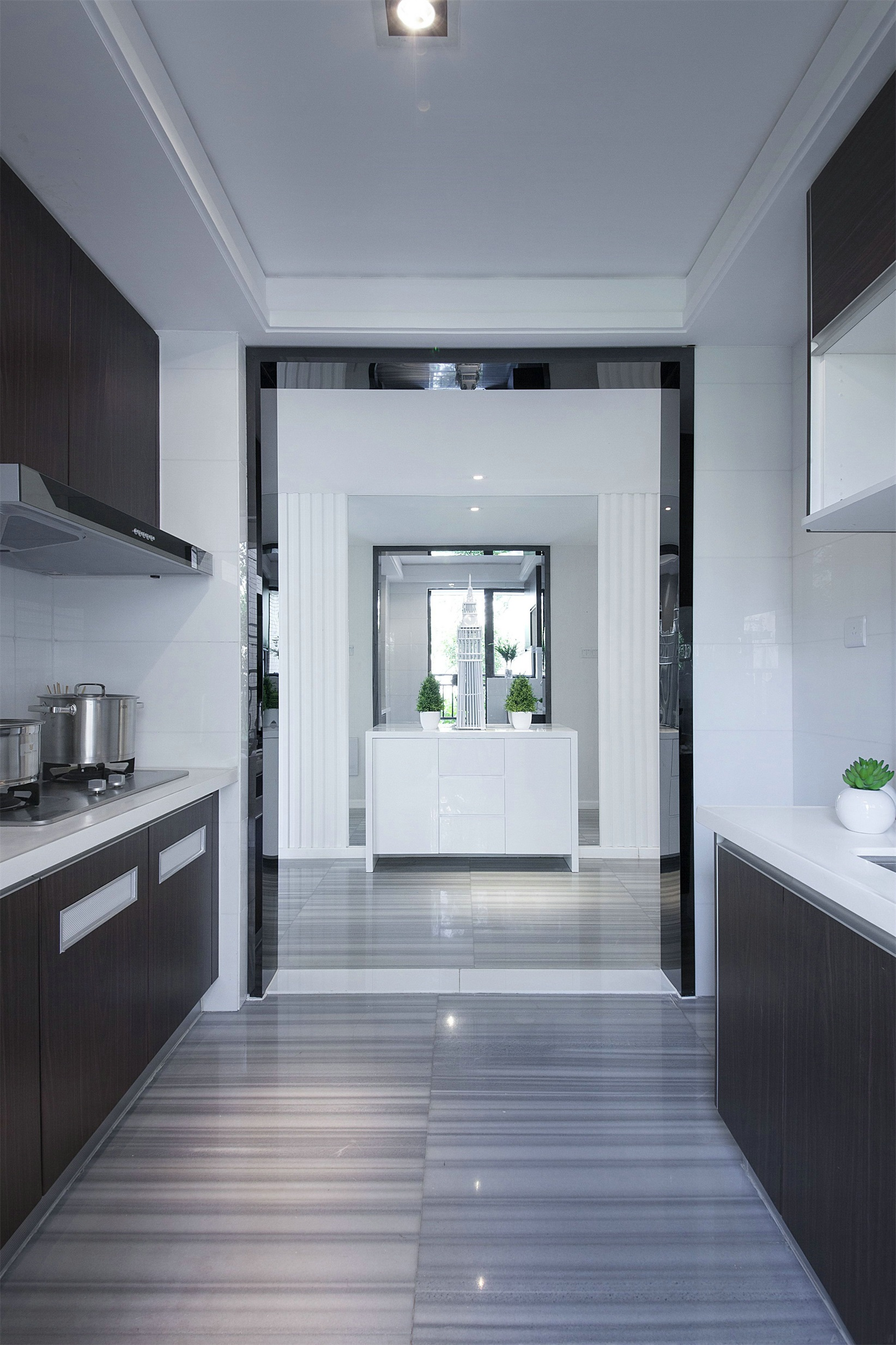廚房使用中性色調打造,空間顯得格外沈靜,空間動線布局流暢,實用性強。