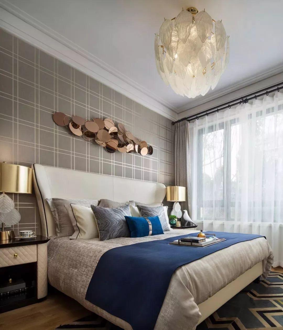 各式金属工艺品,以金属线条镶嵌的家具,结合几何元素纹理装饰,折射出质感与奢华并存的现代都市时尚。