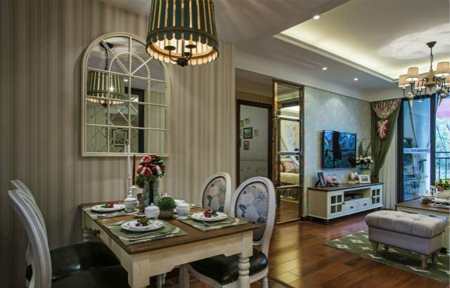 餐厅设计也非常大气,带有装饰花纹的皮质椅子、厚实有质感的餐桌,精致生活从不将就。