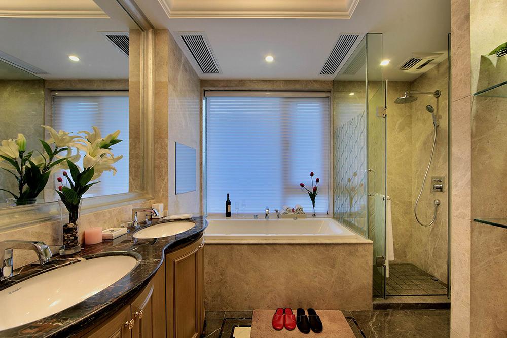 卫生间功能算是比较齐全的了,可以淋浴也可以泡澡;大窗设计让室内亮堂十足。
