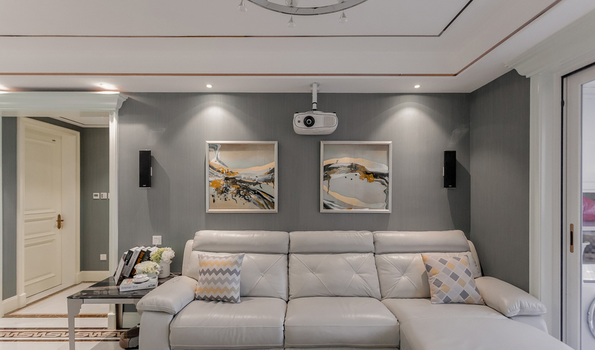 布艺沙发大行其道的今天,白色皮质沙发加灰色背景墙的设定也是简约高贵。