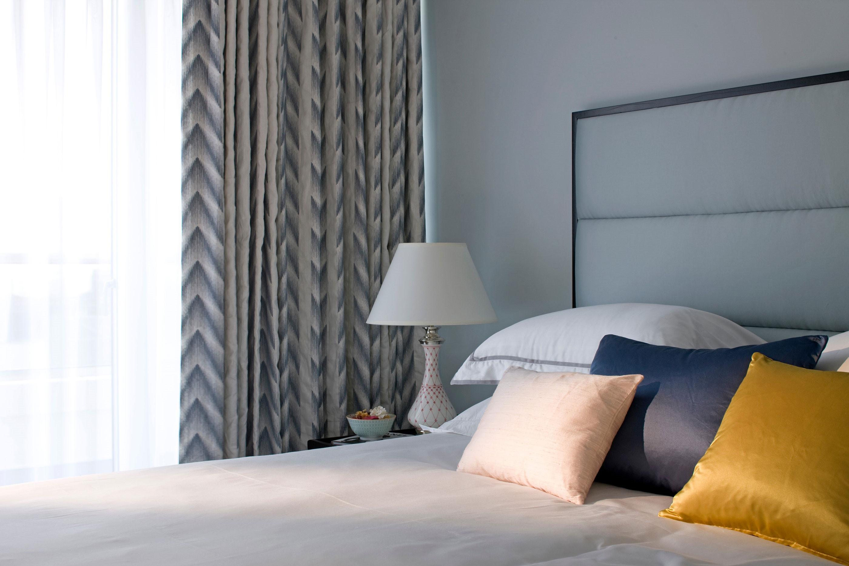 卧室软装选择了蓝灰的色调,舒适温馨,背景墙几米风格的装饰画轻松有趣。