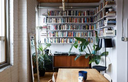 这幢屋子的本质对于屋主而言拥有莫大的魅力,屋主夫妻利用层架与其他展示收纳表达他们对于旅行与阅读的热爱