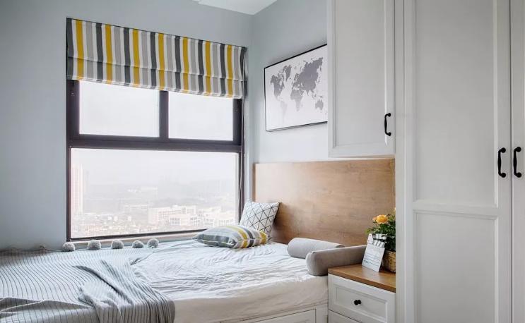 次卧设计了榻榻米,满足收纳的需求。条纹窗帘增强了空间的层次感,与抱枕呼应,带来一份明媚的感觉。